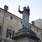 La statua del Savonarola. A lato, Palazzo Municipale