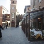 La Torre dell'orologio, le bici, i caffè del centro